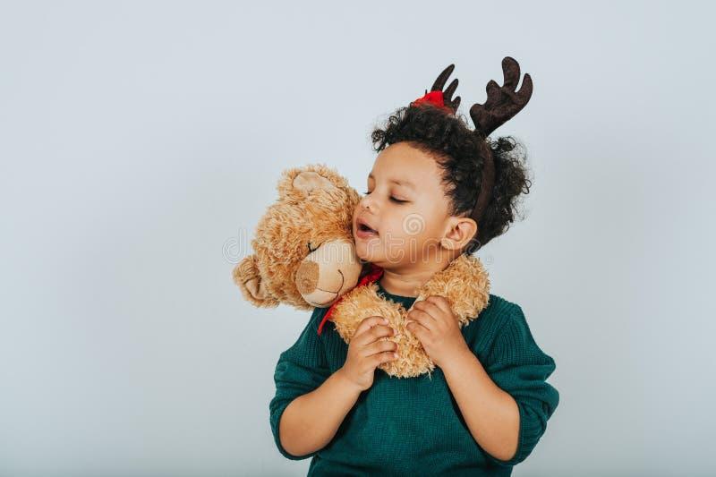Kerstmisportret van aanbiddelijke peuterjongen stock foto