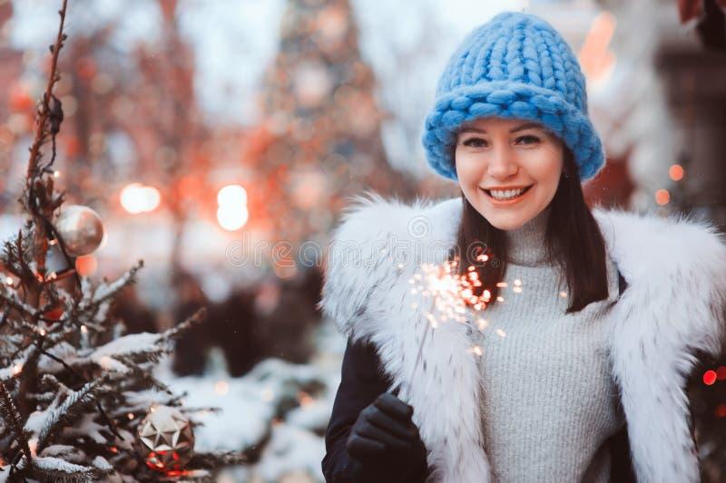 Kerstmisportret van gelukkige vrouw met het branden vuurgloed lopen openlucht in sneeuw de winterstad royalty-vrije stock foto's