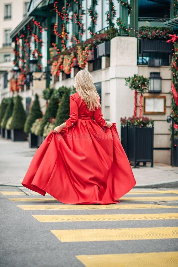 Kerstmisportret van mooie vrouw met blond haar stock fotografie
