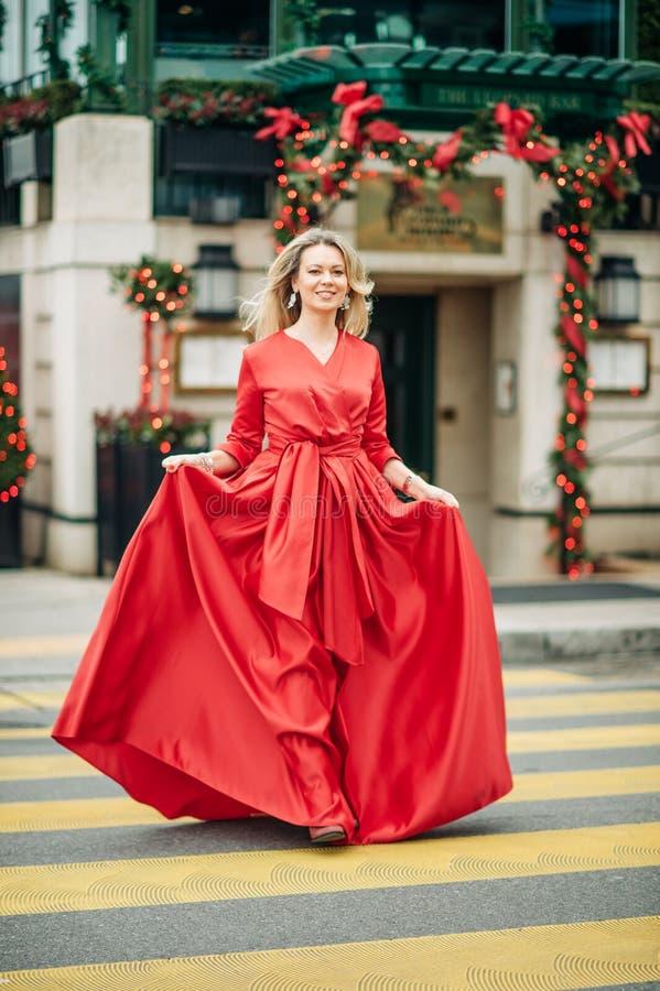 Kerstmisportret van mooie vrouw met blond haar stock foto