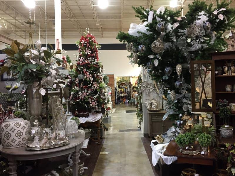 Kerstmisproducten voor verkoop bij het leveren van opslag stock foto