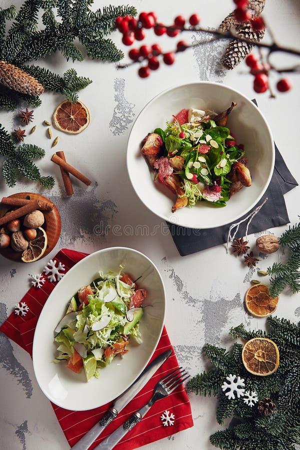 Kerstmissalade met Kwartels, Zalm, Vruchten en Groenten die wordt geplaatst aan stock foto