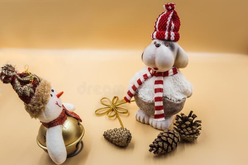 Kerstmissamenstelling, de hond van het Kerstmisspeelgoed, sneeuwman en sparappel stock foto