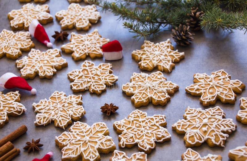 Kerstmissamenstelling: De sneeuwvlokken vormen peperkoekkoekjes, steranijsplant, pijpjes kaneel en nette tak royalty-vrije stock foto's