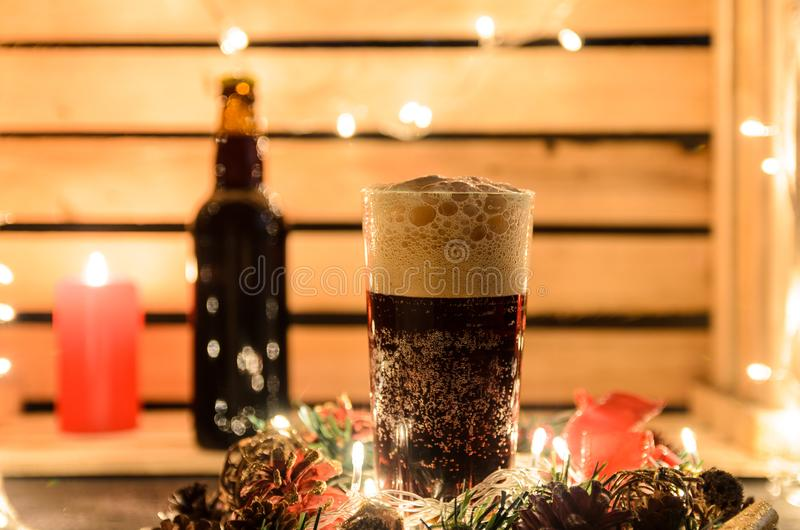 Kerstmissamenstelling met een mok donker bier stock afbeelding