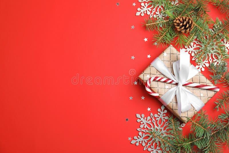 Kerstmissamenstelling met giftdoos en feestelijk decor op kleurenachtergrond royalty-vrije stock foto's