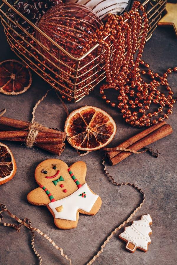 Kerstmissamenstelling met Kerstmisdecoratie van de peperkoekmens in uitstekende stijl, donkere rustieke achtergrond Selectieve na royalty-vrije stock foto's