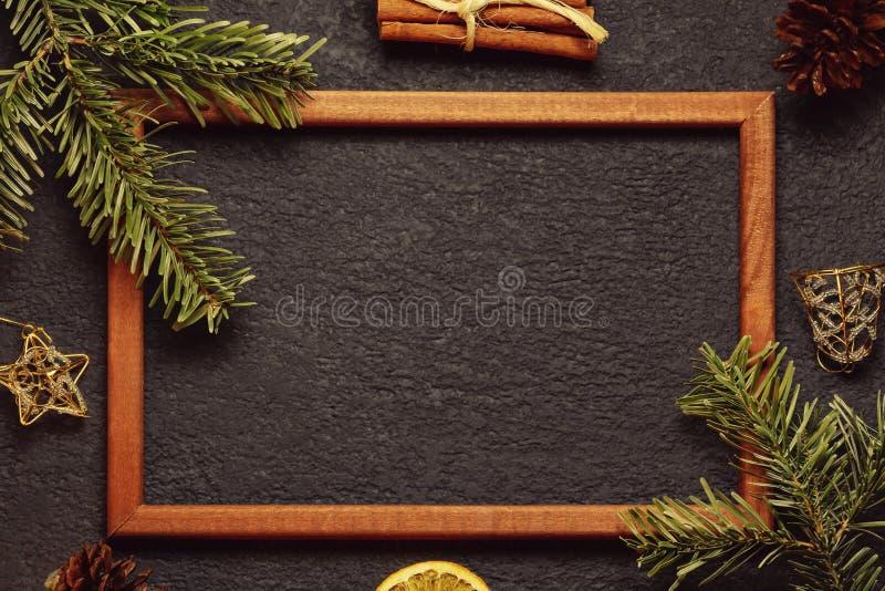 Kerstmissamenstelling, spatie voor groetkaart of ander ontwerp - de Kerstboom vertakt zich met houten kader en stock fotografie