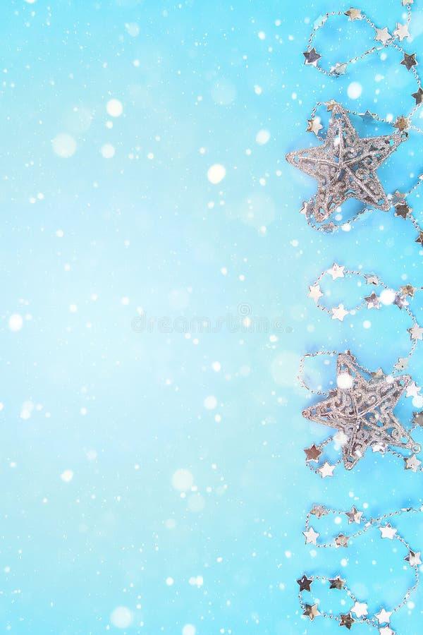 Kerstmissamenstelling van Kerstboomspeelgoed Wit decor op een blauwe achtergrond royalty-vrije stock afbeeldingen