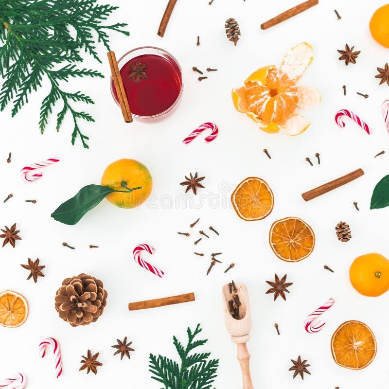 Kerstmissamenstelling van overwogen wijn met kaneel, anijsplant en suikergoedriet op witte achtergrond Vlak leg, hoogste mening royalty-vrije stock afbeeldingen
