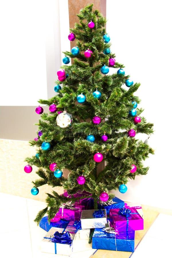 Kerstmisscène met boomgiften in het bureau stock afbeeldingen