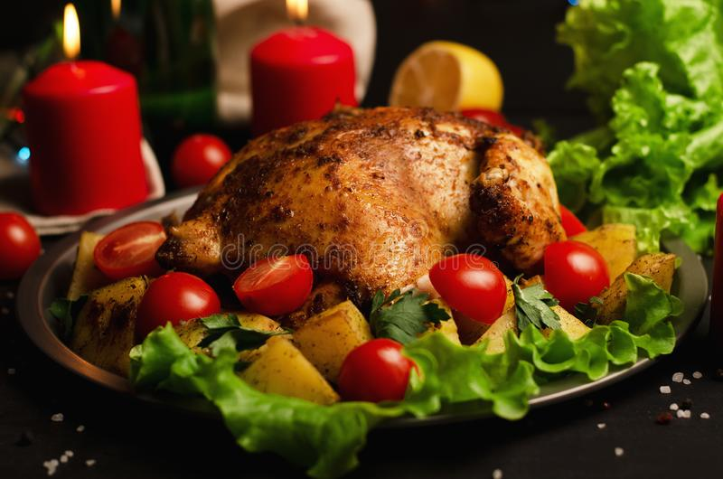 Kerstmisschotel Kerstmis bakte gehele kip met tomaten en potat stock foto