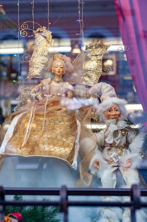 Kerstmisshowcase met marionetten stock foto