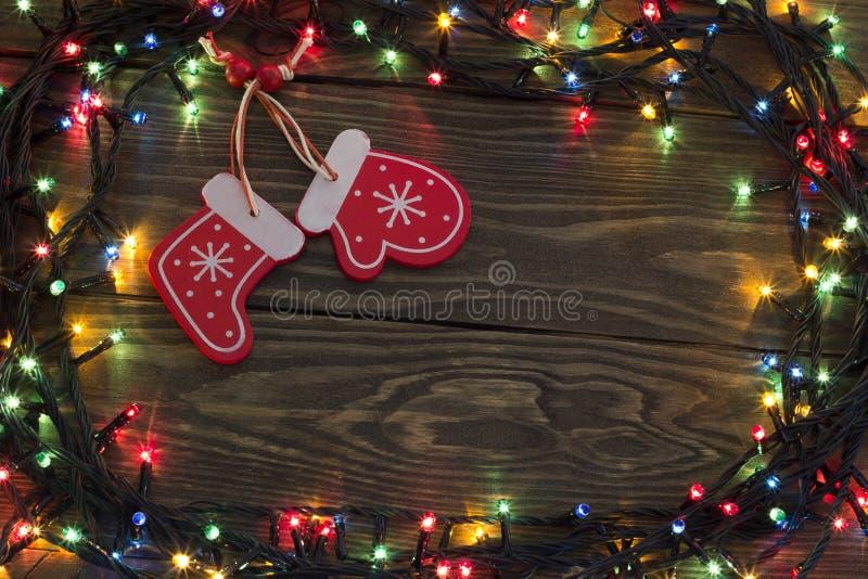 Kerstmisslinger met een gloeiende handschoen en sokken royalty-vrije stock afbeelding
