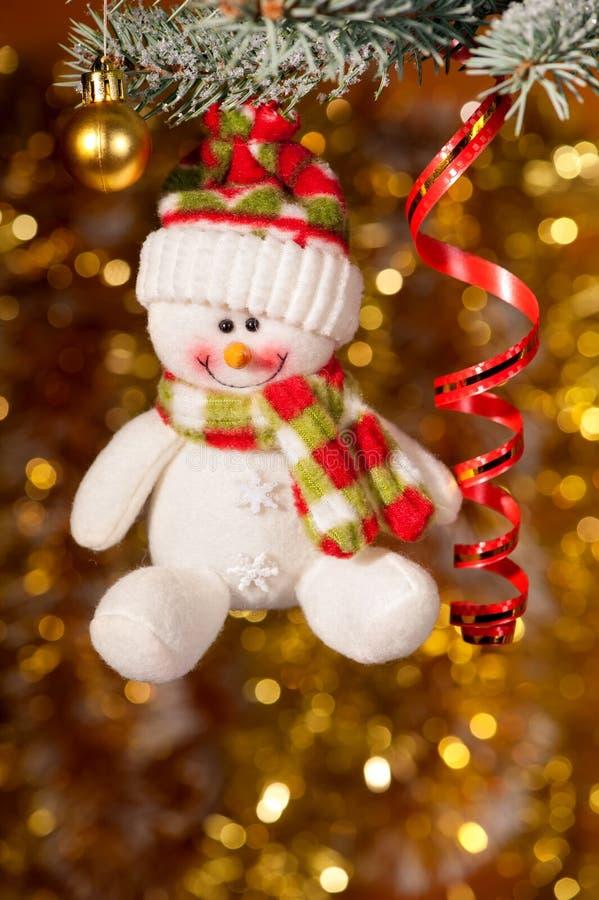 Kerstmissneeuwman op sparrentak stock foto