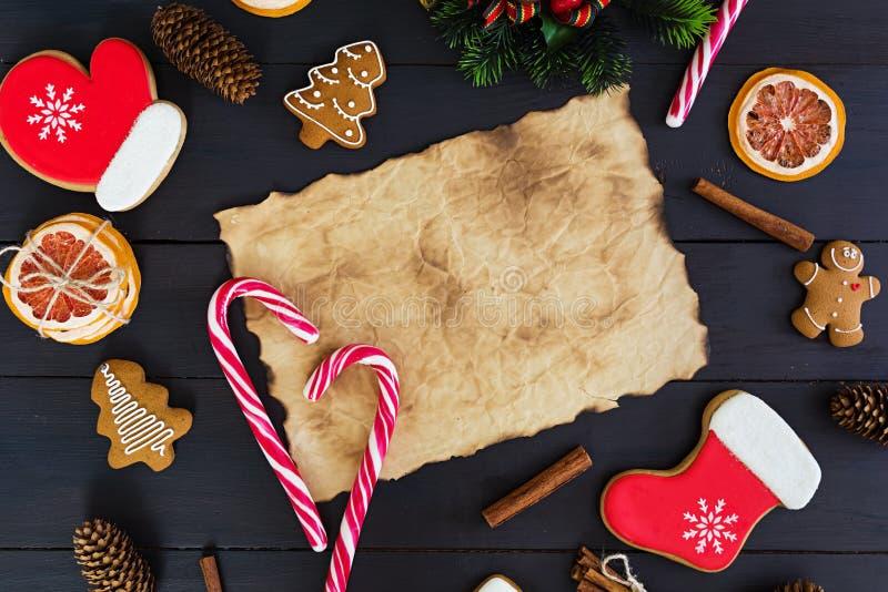 Kerstmissnoepjes, gemberkoekjes op houten achtergrond De achtergrond van Kerstmis royalty-vrije stock foto