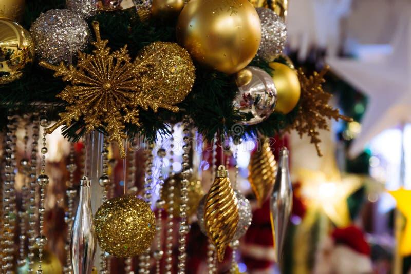 Kerstmissnuisterijen die met verlichtingssterren hangen op de achtergrond stock fotografie