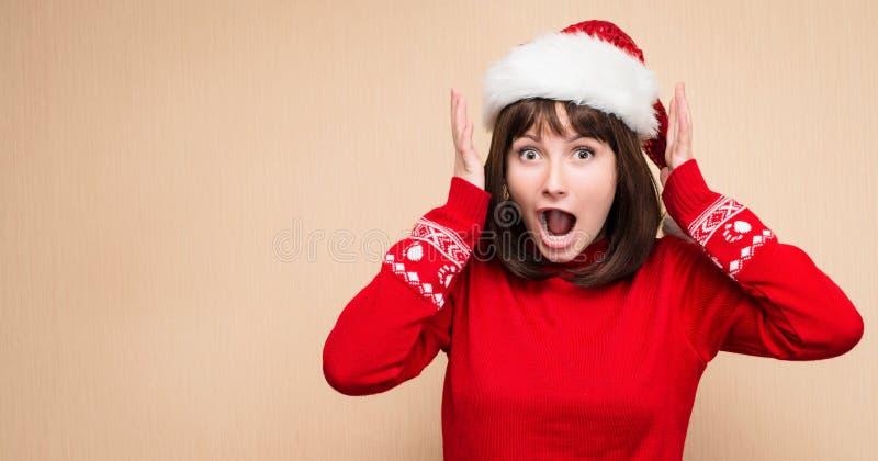 Kerstmisspanning - vrouw die santahoed dragen die voor christm beklemtonen stock foto