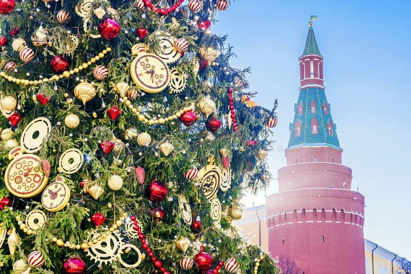 Kerstmisspar dichtbij de muren van het Kremlin, Moskou stock afbeeldingen