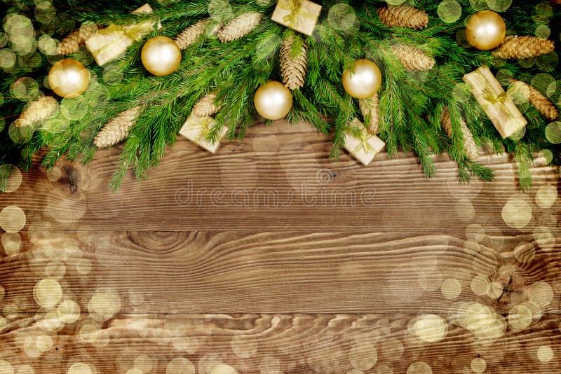 Kerstmisspar met decoratie op donkere houten raad Samenstelling of grenskader royalty-vrije stock afbeeldingen
