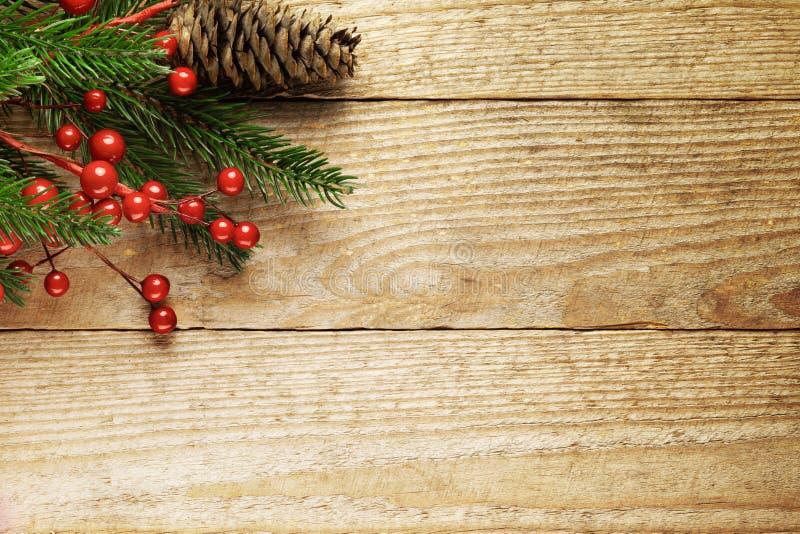 Kerstmisspar met decoratie op houten stock afbeeldingen