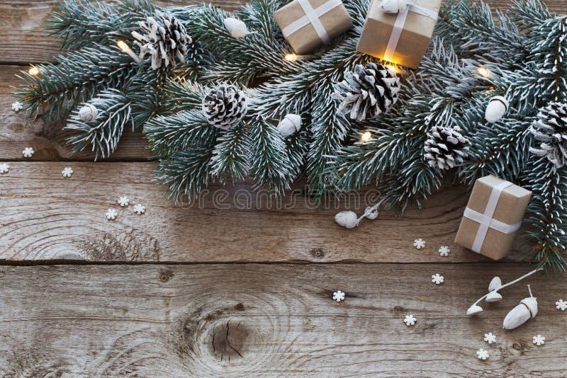 Kerstmisspar op donkere houten achtergrond stock foto's