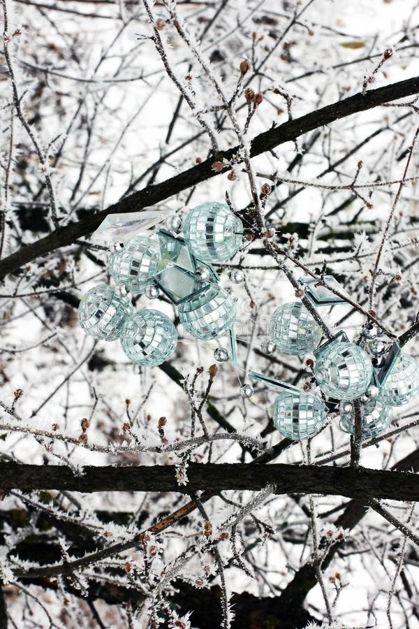 Kerstmisspeelgoed die op de boom hangen Eerste sneeuw Deze boom buiten in de sneeuw Nieuw jaar stock foto
