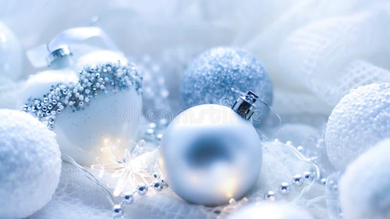 Download Kerstmisspeelgoed En Ballen Om De Sjaal Te Breien Decoratie Op Holid Stock Afbeelding - Afbeelding bestaande uit luxurious, gebreid: 107701591