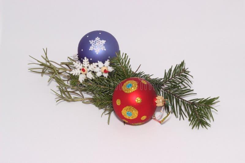 Kerstmisspeelgoed met een twijg van spar royalty-vrije stock afbeelding