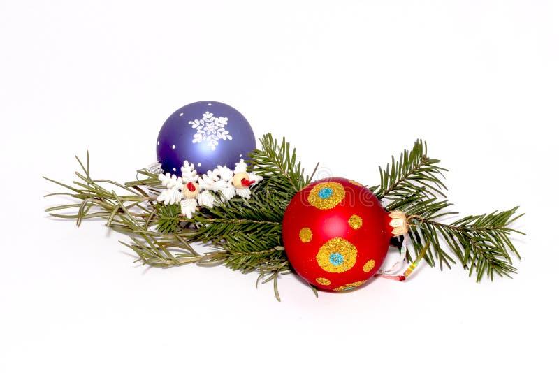 Kerstmisspeelgoed met een twijg van spar royalty-vrije stock afbeeldingen