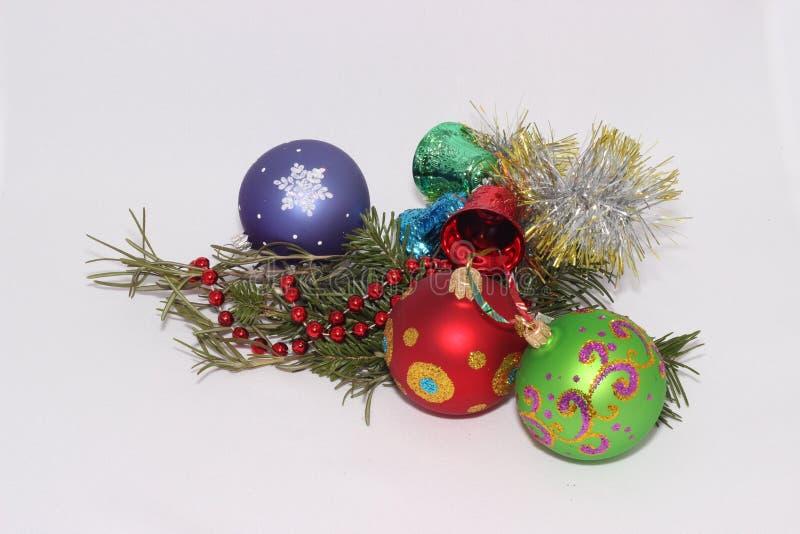 Kerstmisspeelgoed met een twijg van spar stock foto
