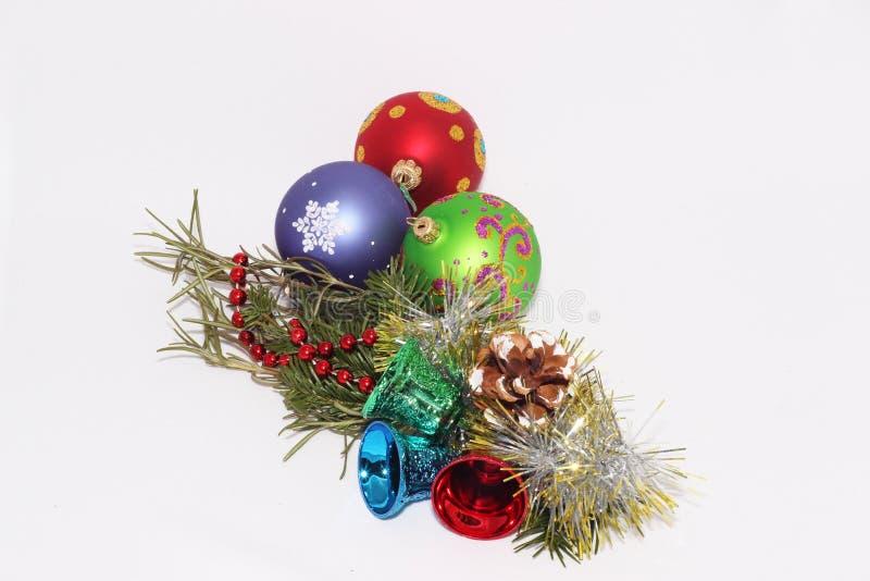 Kerstmisspeelgoed met een twijg van spar stock fotografie