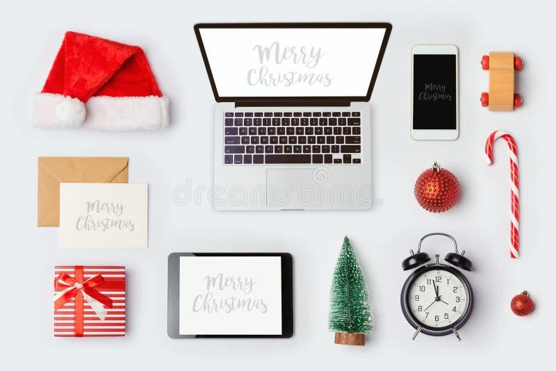Kerstmisspot op malplaatje met laptop computer voor het brandmerken van identiteitsontwerp Mening van hierboven stock afbeeldingen