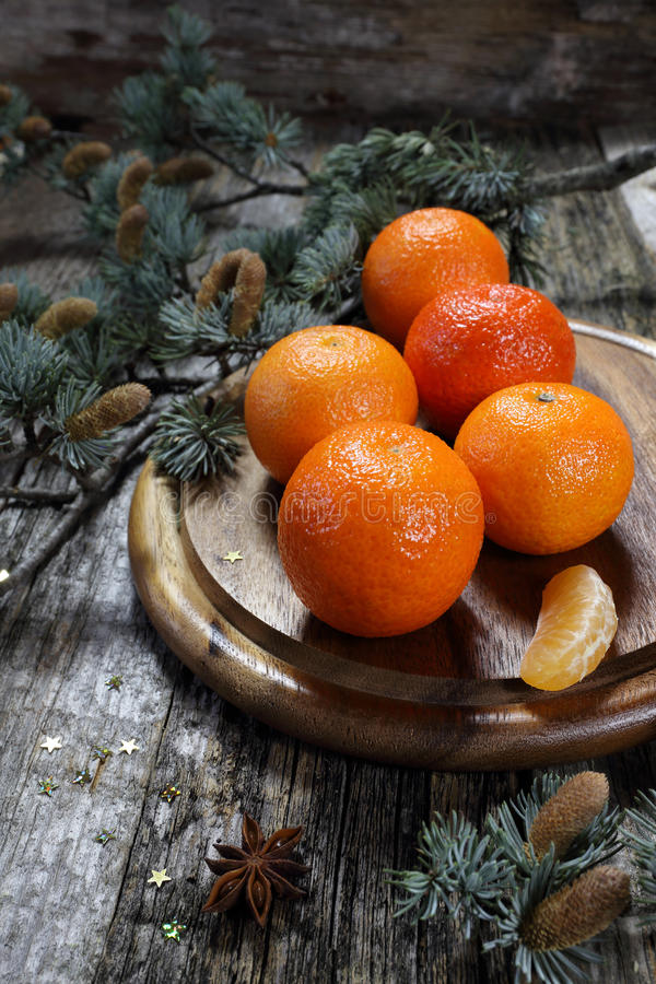 Kerstmisstemming: mandarins in een Vakantiedecoratie royalty-vrije stock afbeelding