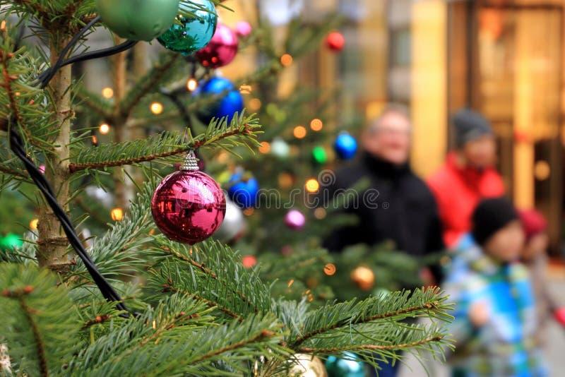 Kerstmisstemming terwijl het winkelen stock foto's