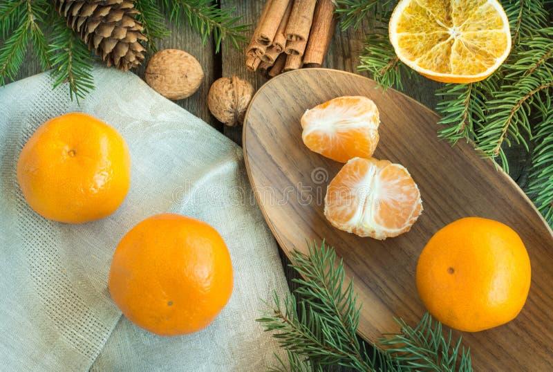 Kerstmisstilleven met mandarins en kaneel op houten lijst stock afbeelding