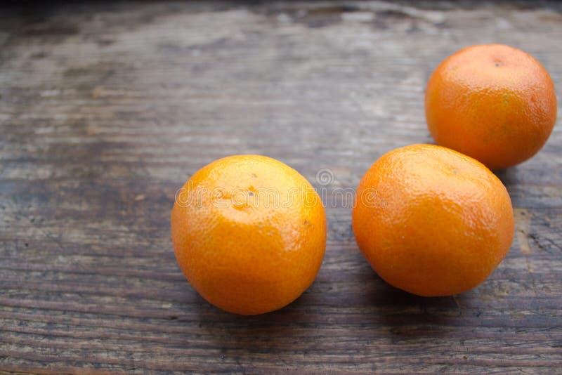 Kerstmisstilleven met mandarins op een houten raad royalty-vrije stock afbeeldingen