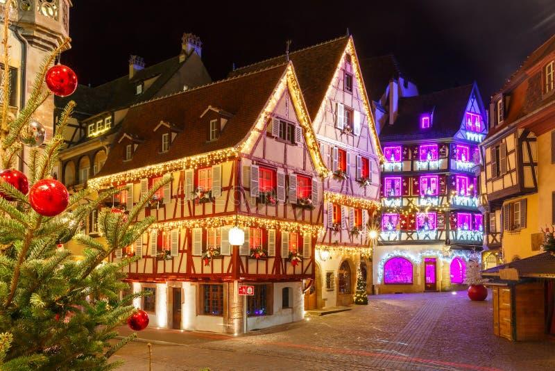 Kerstmisstraat bij nacht in Colmar, België stock foto's