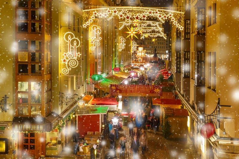 Kerstmisstraat bij nacht in Dresden, Duitsland royalty-vrije stock foto