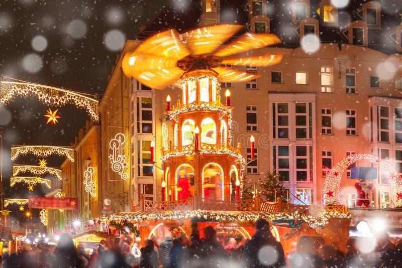 Kerstmisstraat bij nacht in Dresden, Duitsland stock fotografie