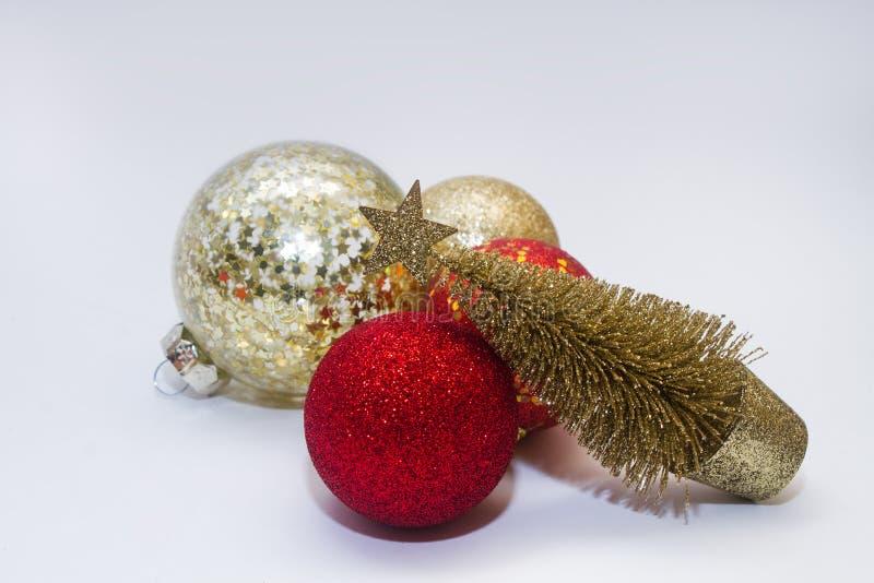 Kerstmisstuk speelgoed, heel wat glanzende rode, gouden en zilveren ballen en gouden boom Nieuw jaar royalty-vrije stock fotografie