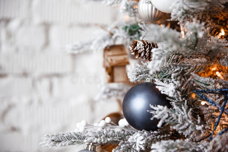 Kerstmisstuk speelgoed het zilveren bal hangen op een Kerstboom op de achtergrond van een witte bakstenen muur stock afbeeldingen