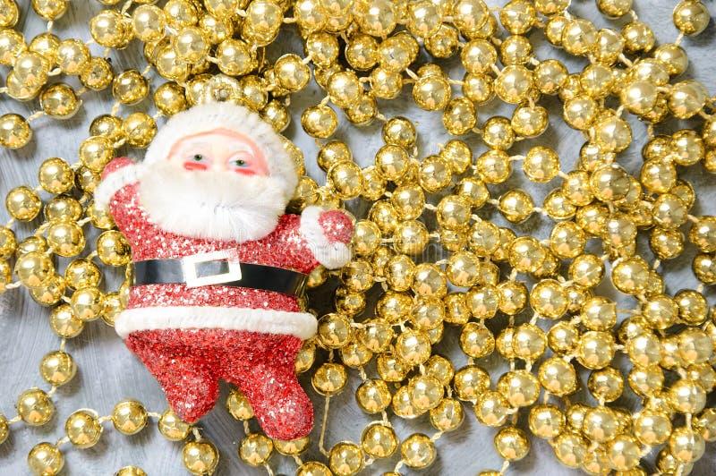 Kerstmisstuk speelgoed Santa Claus op gouden parels stock fotografie