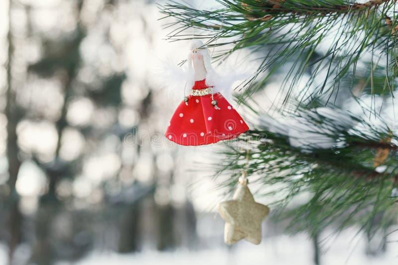 Kerstmisstuk speelgoed in vorm van pop op boom royalty-vrije stock afbeeldingen