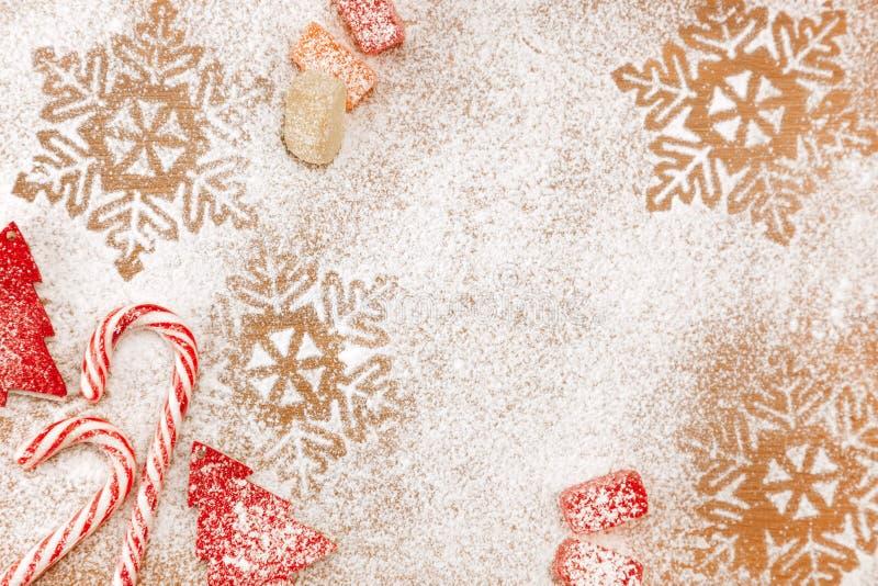 Kerstmissuikergoed en zoete achtergrond met sneeuwvlokken en bomen stock afbeelding