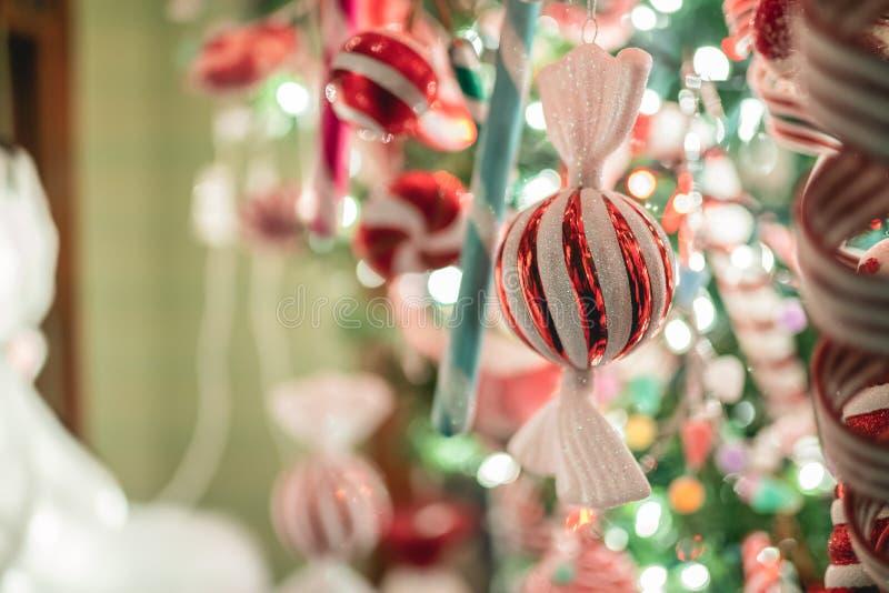 Kerstmissuikergoed gevormde decoratie op een boom stock foto's