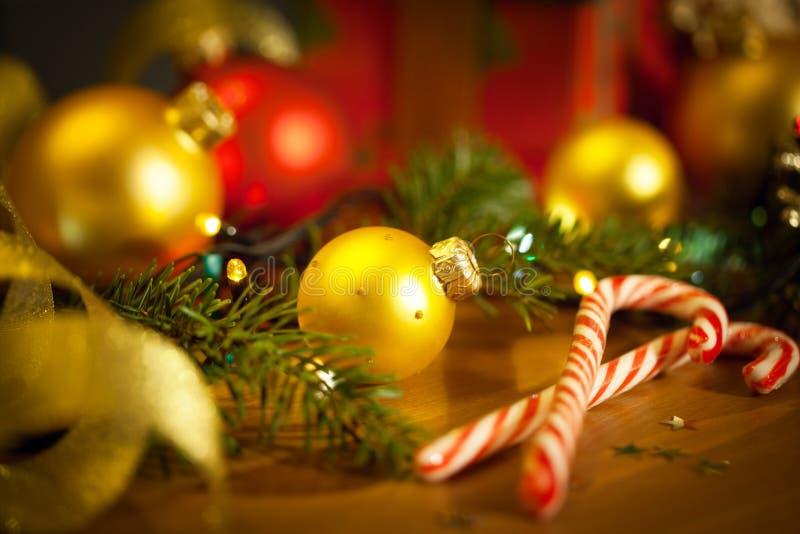 Kerstmissuikergoed met spar en snuisterijen royalty-vrije stock foto's