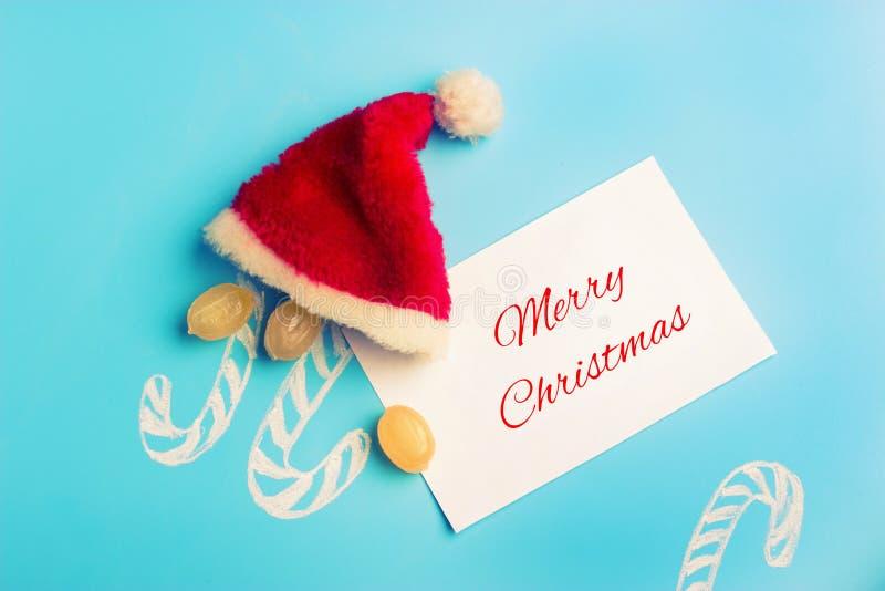 Kerstmistak en klokken de hoed van snoepjessanta met vrolijk Kerstmisteken royalty-vrije stock afbeelding