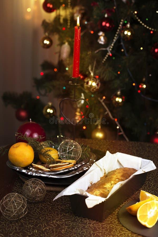 Kerstmistak en klokken Eigengemaakte Kerstmiscake met Kerstmisdecoratie royalty-vrije stock foto's