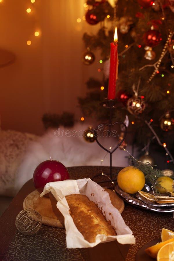 Kerstmistak en klokken Eigengemaakte Kerstmiscake met Kerstmisdecoratie royalty-vrije stock afbeelding